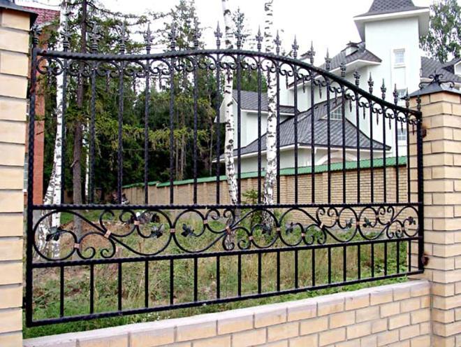 Забор с коваными решетками