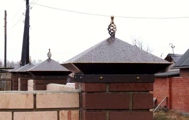 Металлические колпаки на забор