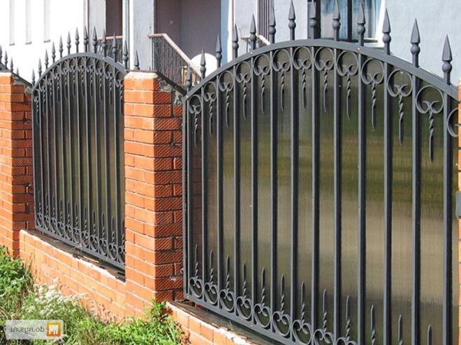 Забор из металлокаркаса со вставками из поликарбоната
