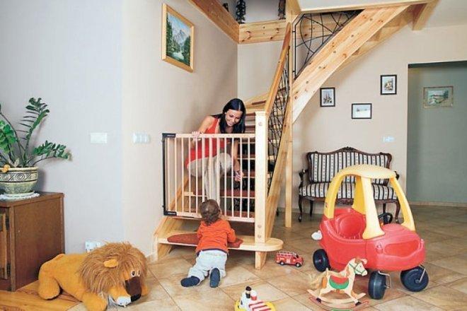 Мама с ребенком у ограждения на лестницу