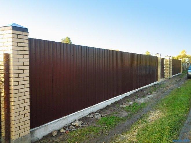 Забор из профнастила с открытыми столбами из кирпичной кладки