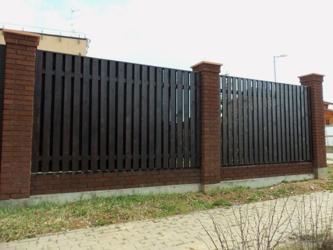 Забор из дерева с кирпичными столбами
