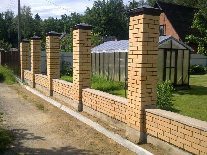 Открытый забор с кирпичными столбами
