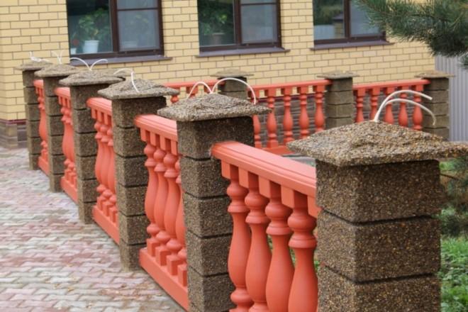 Монтаж уличного освещения на заборе с бетонными крышками на столбах