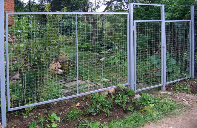 Прозрачный забор из металлической решетки