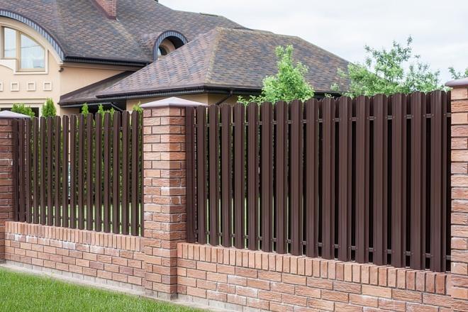 Забор из штакетника с кирпичными столбами