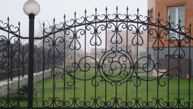 Кованый забор со сложным рисунком
