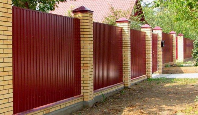 Забор из металлического профнастила с кирпичными столбами