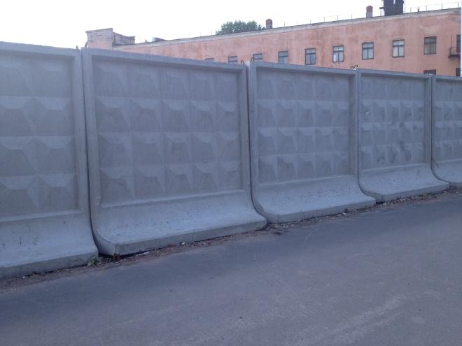 Временное ограждение из бетонных плит