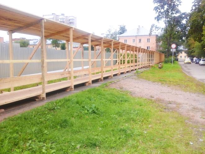 Установка опор для временно ограждения стройплощадки