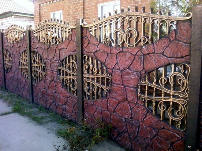 Красивый комбинированный забор из секций