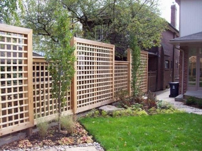 Решетчатый забор между соседними участками