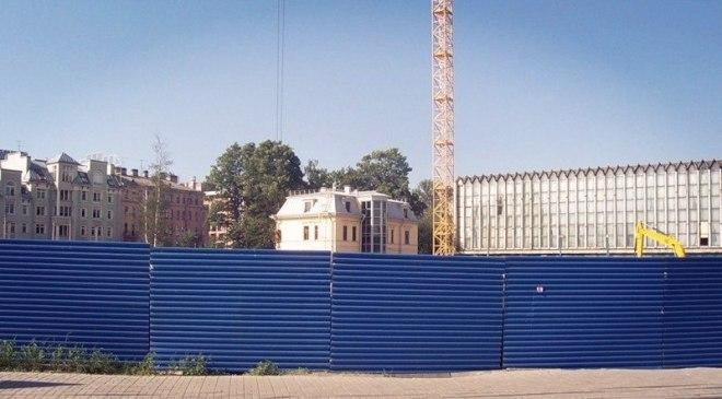 Временное ограждение строительной площадки из профнастила