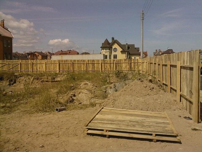 Временный забор для стройки из дерева