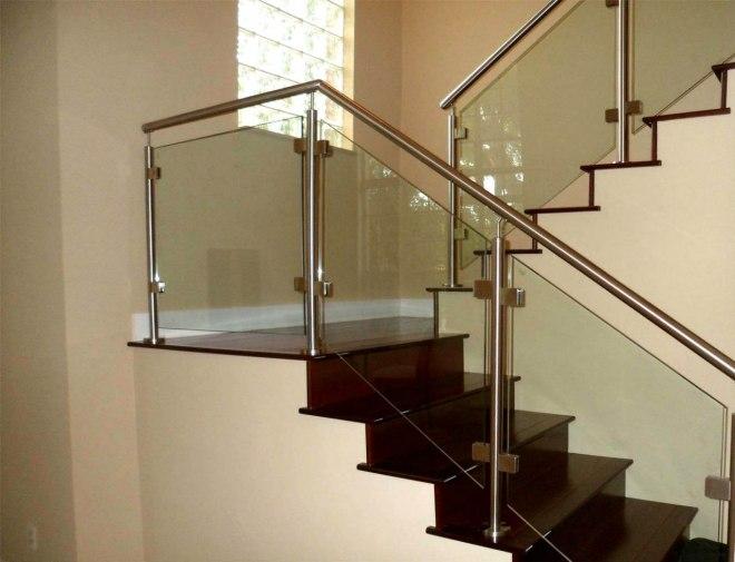 Классическая стоечная конструкция из стекла и металла