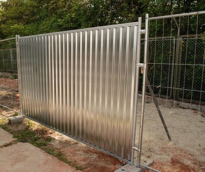 Временный забор для стройки из готовых секций