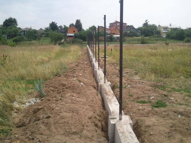 Заливка фундамента под кирпичный забор