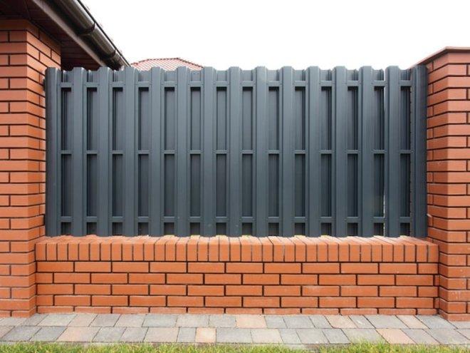 Двухсторонний металлический штакетный забор
