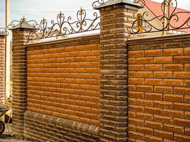 Декоративные элементы на кирпичном заборе
