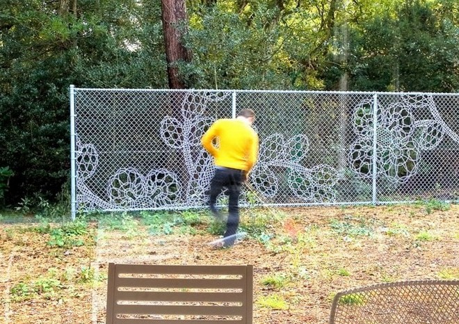 Украшенный забор из сетки рабицы