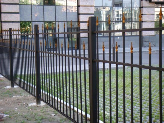 Секционный забор из профильной трубы