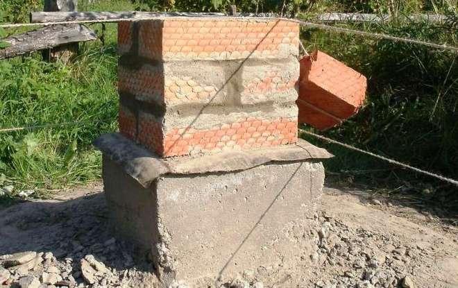 Столбчатый фундамент для забора с кирпичными столбами