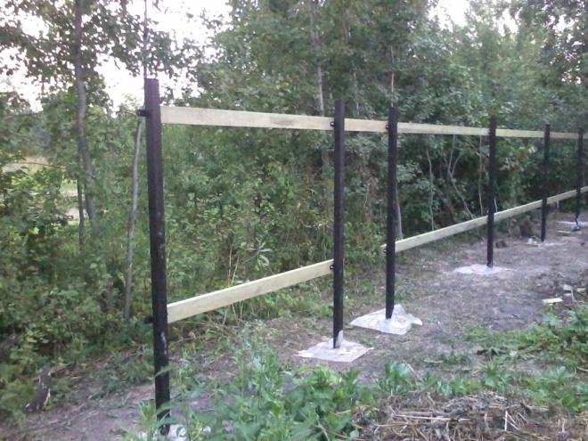 Металлические опорные столбы для калитки