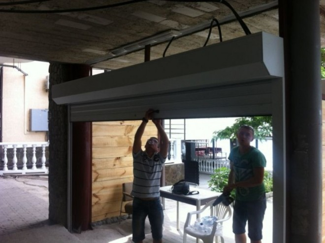 Монтаж ламельных роллетных ворот