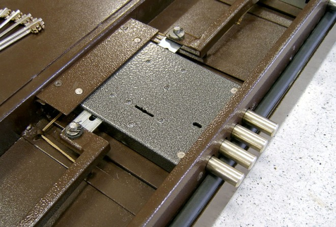 Установка замка в металлическую дверь