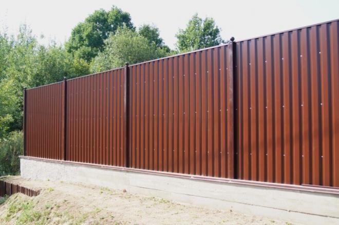 Ограда из металлического сэндвича