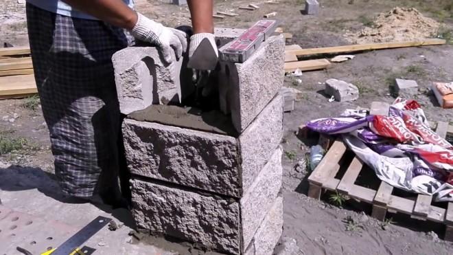 Монтаж столбов под забор