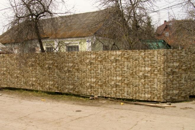 Забор из профлиста под белый камень