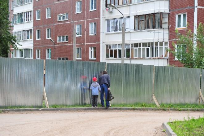 Забор на придомовой территории многоквартирного дома