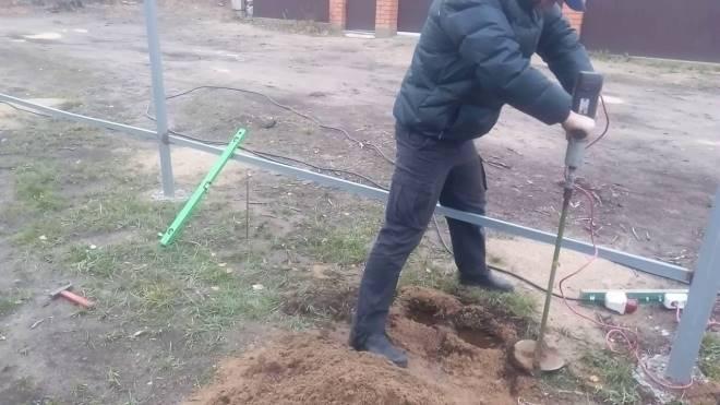 Как пробурить отверстие в земле под столбы