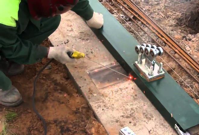 Крепление роликовых тележек к швеллеру