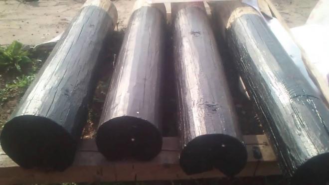 Обработка битумом деревянного столба