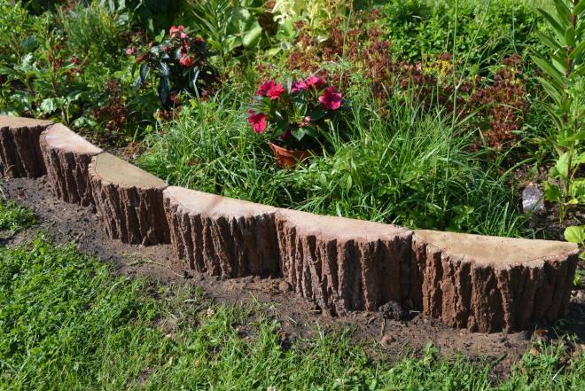 Деревянный бордюр для клумбы