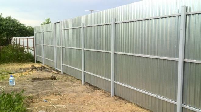 Забор из оцинкованной стали