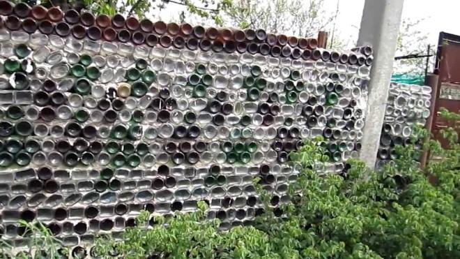 Капитальный забор из бутылок