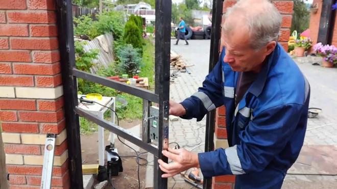 Монтаж уличного замка для калитки