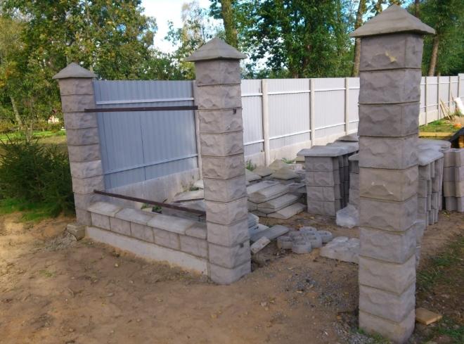 Забор со стобами из бетонных блоков