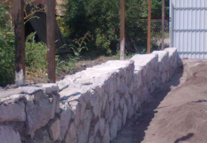 Фундамент под забор из дикого камня