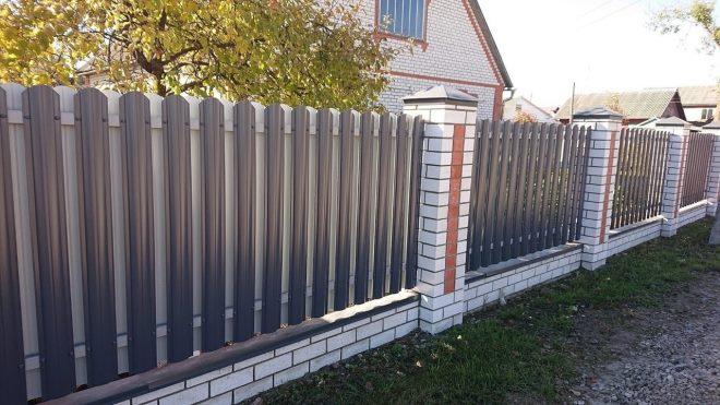 Забор из штакетника из профлиста